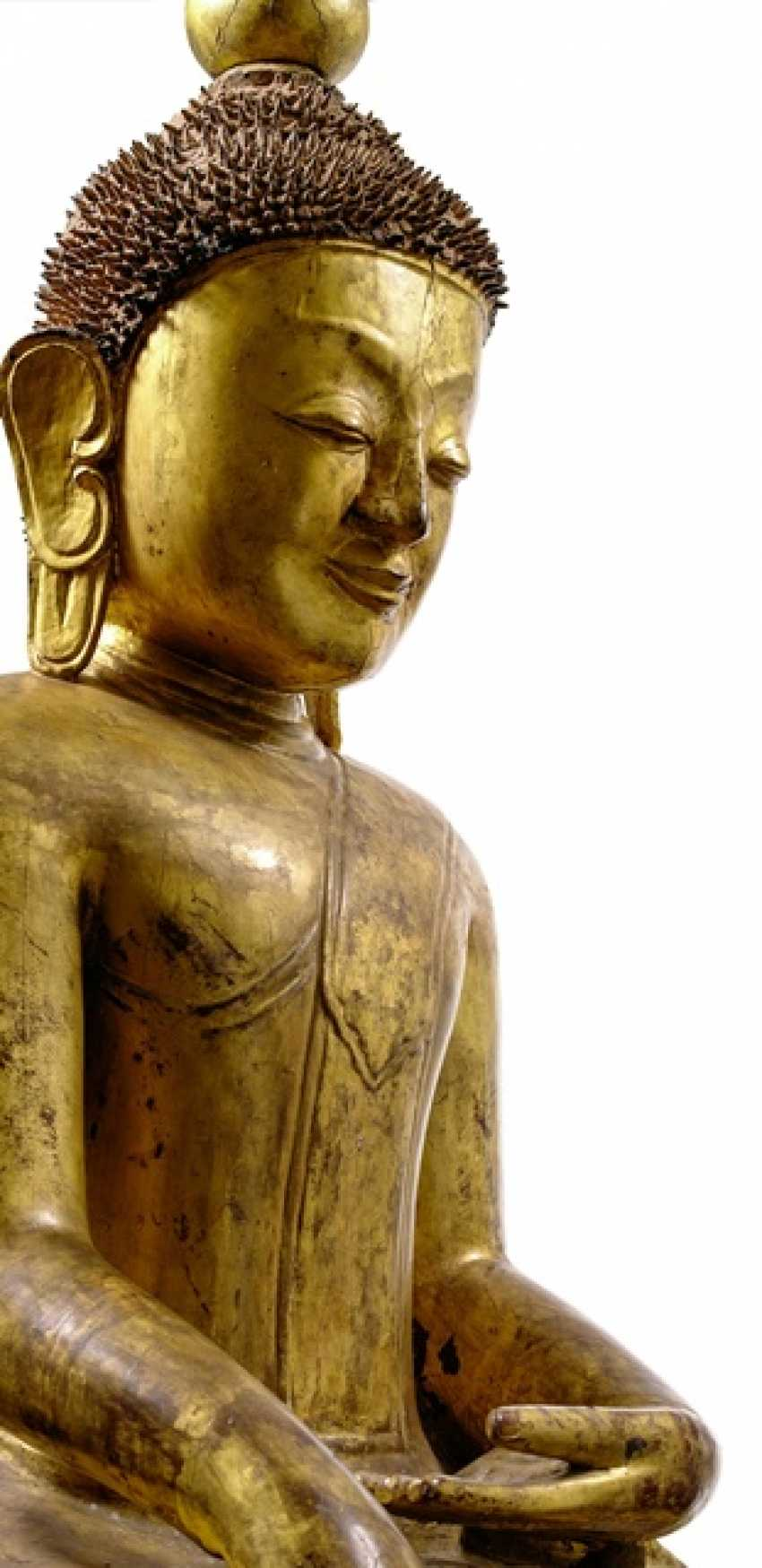 Monumental figure of Buddha Shakyamuni, made of wood with black and Golden lacquer collection - photo 2