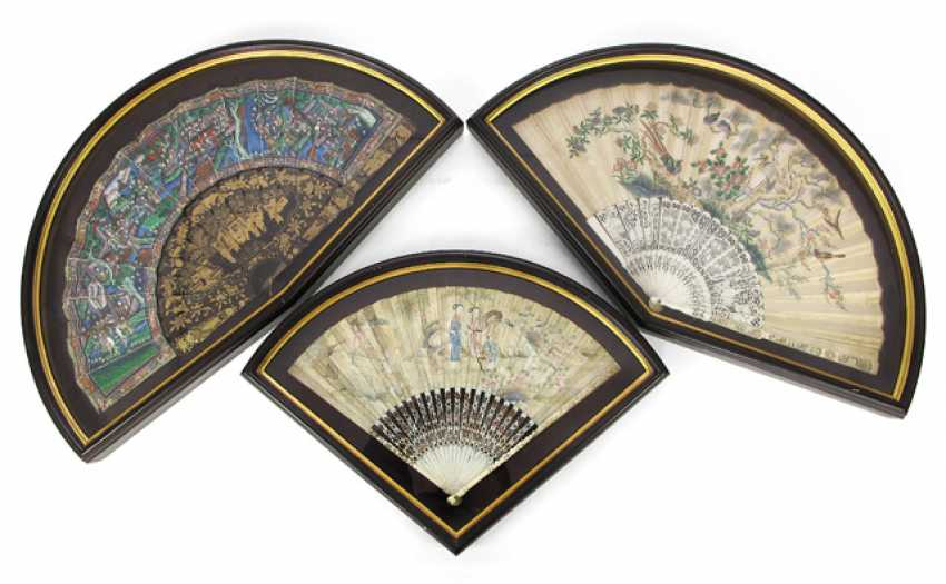 Two finely painted fan with ivory ribs and a lacquer trays with figure painting - photo 1