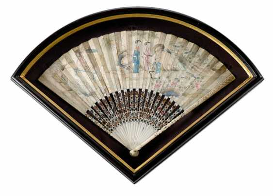 Two finely painted fan with ivory ribs and a lacquer trays with figure painting - photo 3