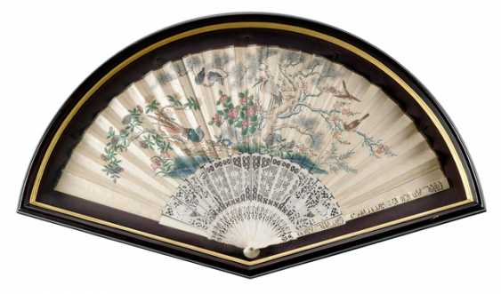 Two finely painted fan with ivory ribs and a lacquer trays with figure painting - photo 4