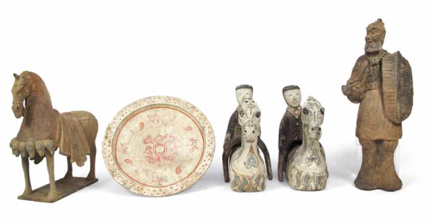 Group of six clay figures, and a painted clay plates - photo 1