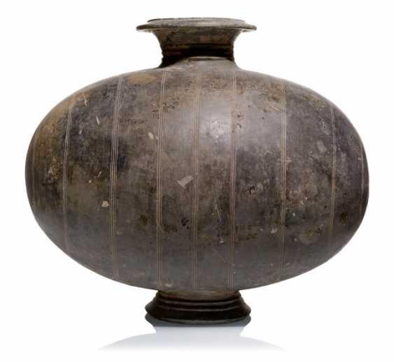 Kokonförmige Flasche aus grauem Ton - Foto 1