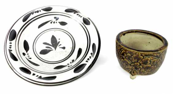 Brown glazed small pot with floral decoration in relief, and black-and-white glazed bowl - photo 1