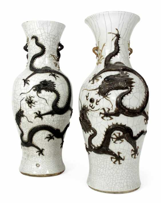 Few craquelierte porcelain vases with applied brown dragon decoration - photo 1