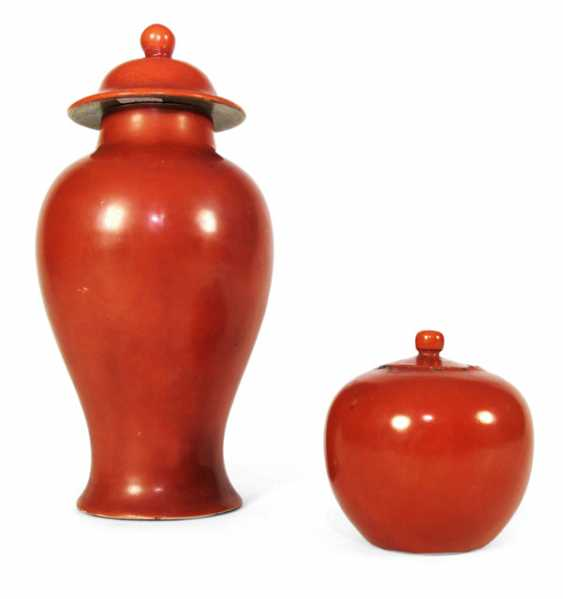 Iron red lidded box and vase made of porcelain - photo 1