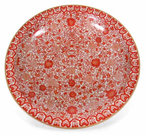 Large, iron-red glazed round tendril plate with a floral decor, and characters - photo 1