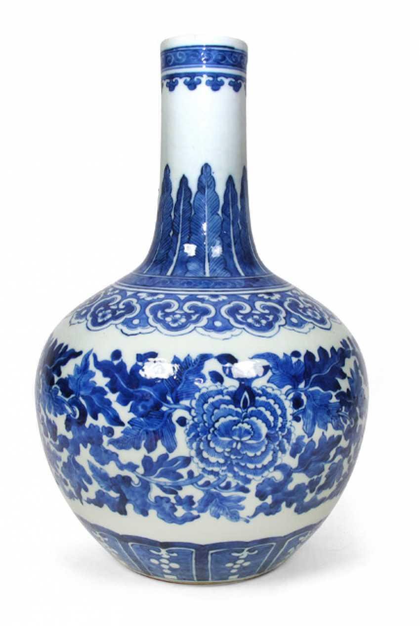 Bulbous, underglaze blue decorated Vase, made of porcelain with floral decor - photo 1