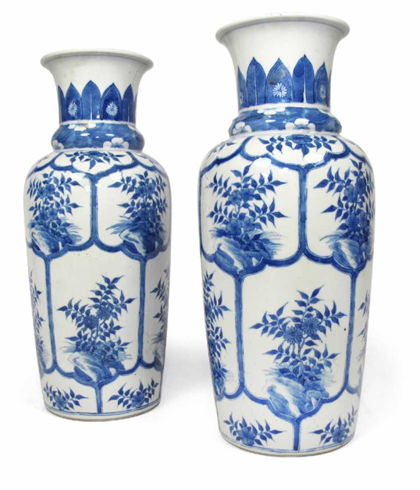 Pair of underglaze blue vases, with floral decoration in cartouches - photo 1