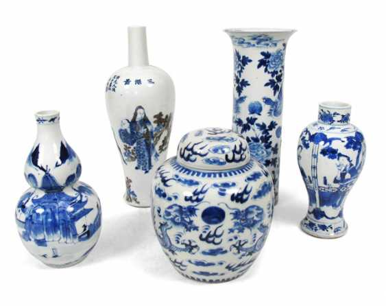 Four underglaze blue vases and a lidded vase with different decors - photo 1