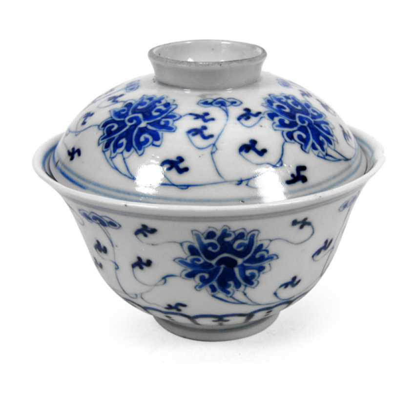 Under glaze blue bowl with lid with decoration of Lotus - photo 1