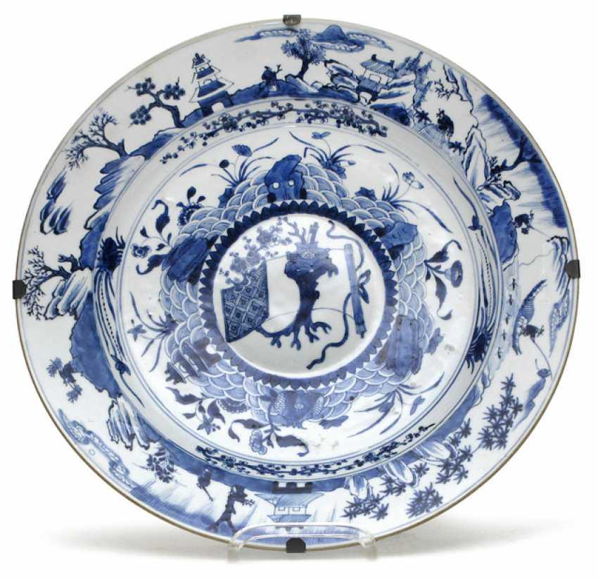 Underglaze blue porcelain plate with umlaufendr landscape scene on the Flag - photo 1