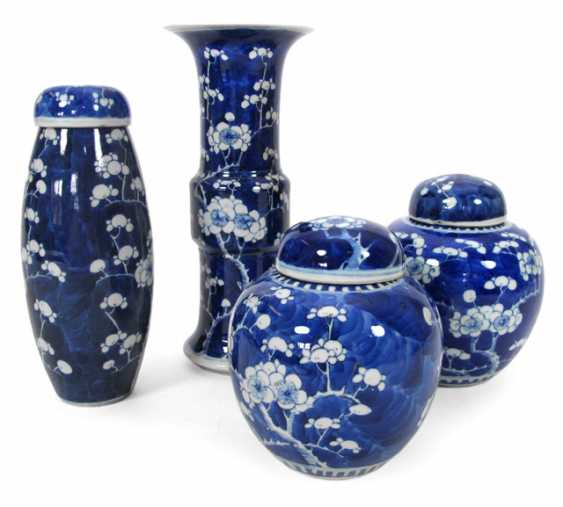 Two underglaze blue ginger pots, two vases and cover with Prunus decor - photo 1