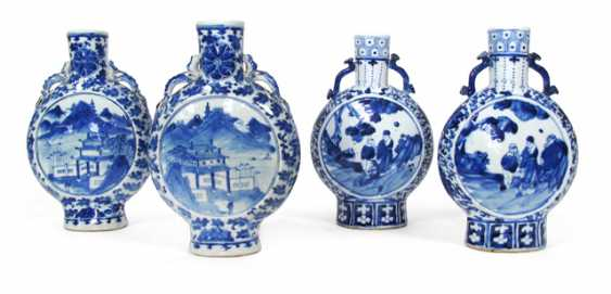 Four underglaze blue decorated pilgrim bottles with landscape and figure decoration - photo 1
