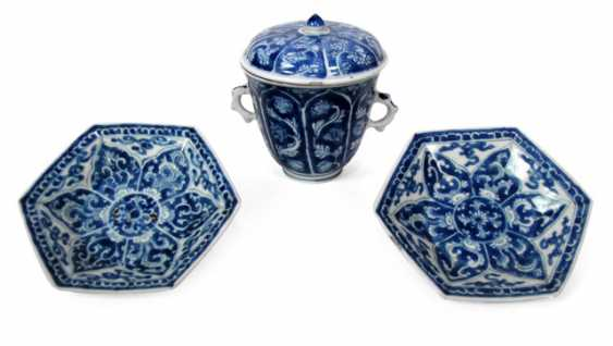 Under glaze blue cover Cup with two handles and two hexagonal plates - photo 1