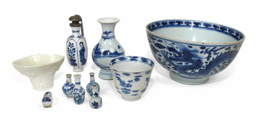 Group of ten mostly under glaze blue decorated porcelain - photo 1