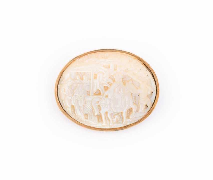 BROOCH WITH MOTHER OF PEARL CAMEO - photo 1