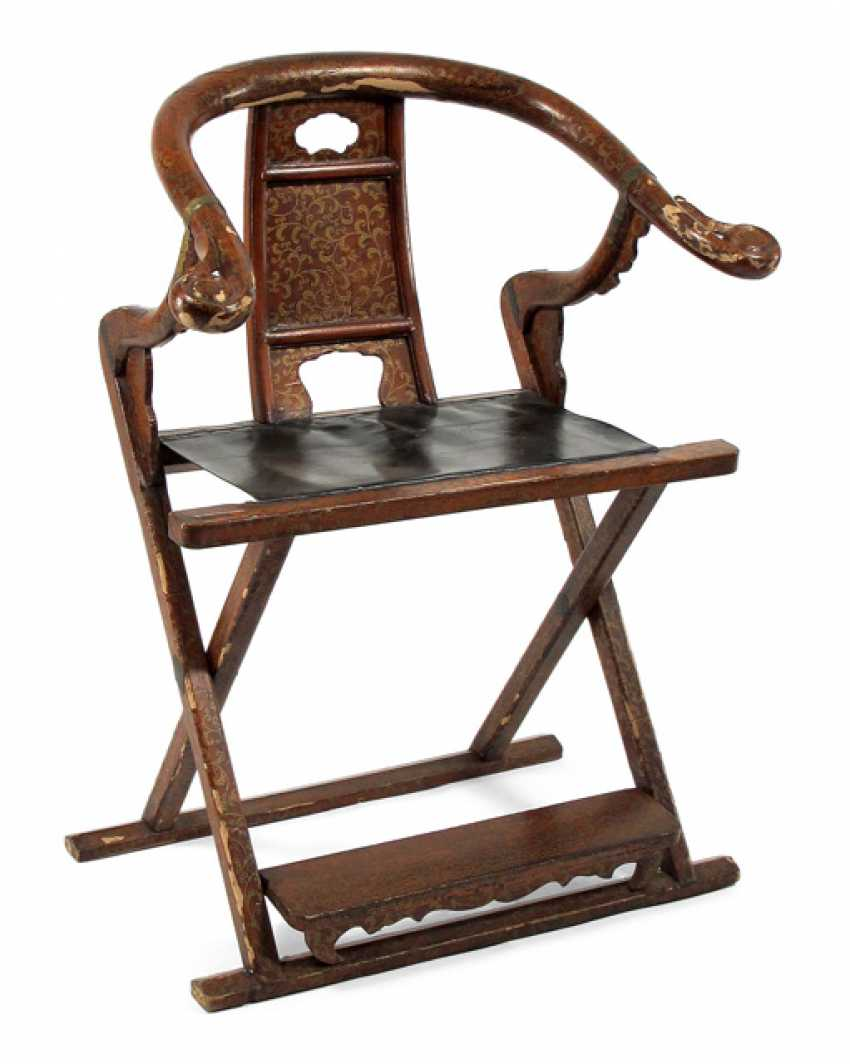 faltstuhl mit ledersitz und rot goldener lackfassung los. Black Bedroom Furniture Sets. Home Design Ideas