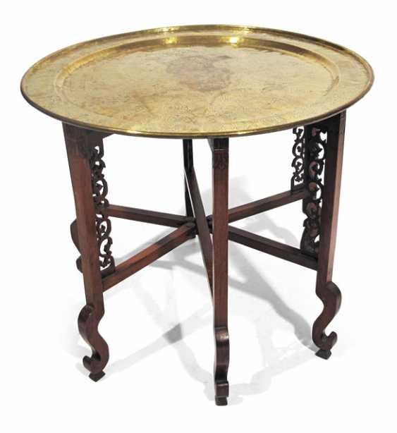 faltbares tischgestell aus holz mit grosser gravierter. Black Bedroom Furniture Sets. Home Design Ideas