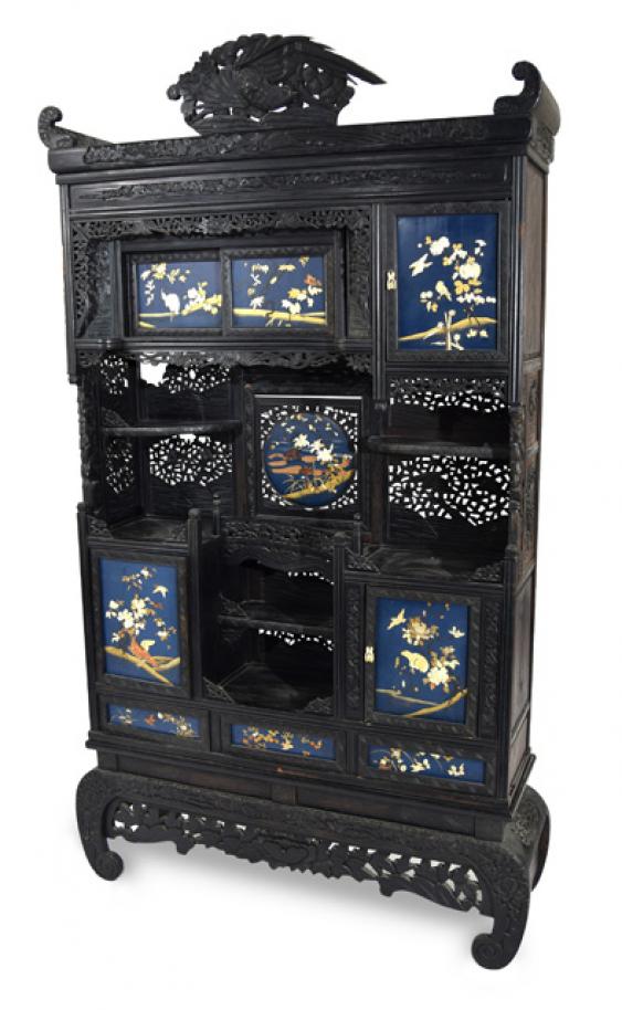 Cabinet avec beschnitztem d cor et lackpaneelen en for Decor traduction