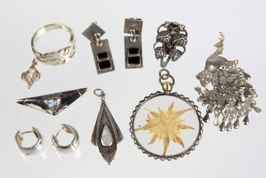 Items of silver jewellery etc. - photo 1