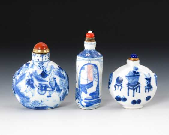 3 Snuffbottles China in under glass - photo 2