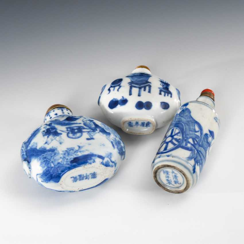 3 Snuffbottles China in under glass - photo 3
