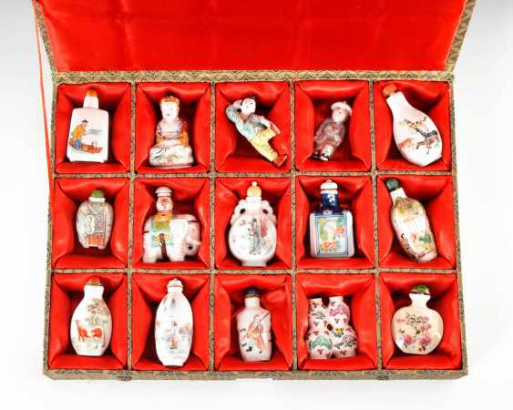 15 Snuffbottles, and partly figurative. - photo 1