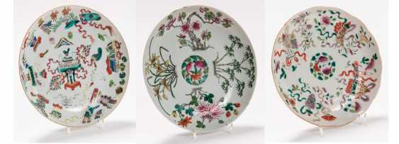 THREE VERY ATTRACTIVE COLOUR PAINTED PLATES - photo 1