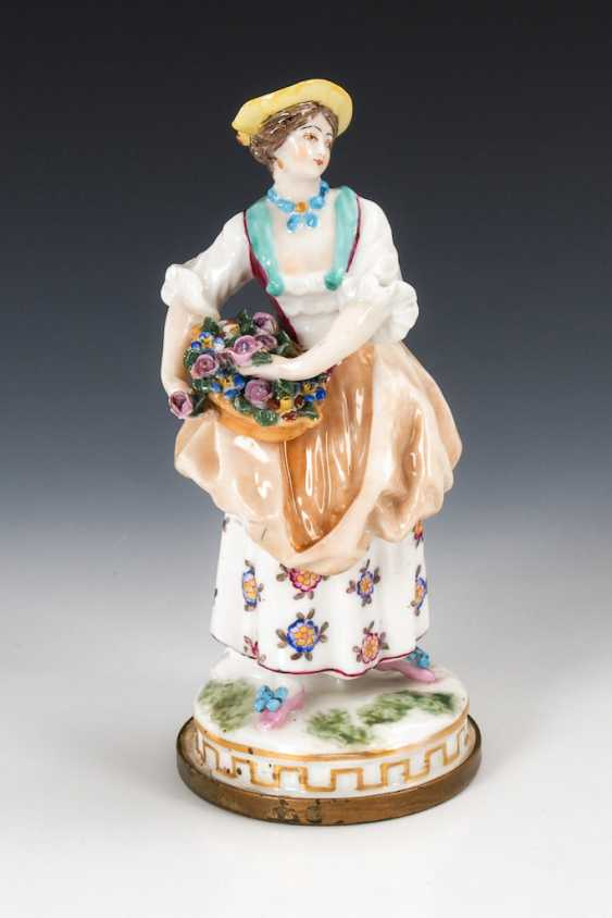 Lady with flower basket. - photo 1