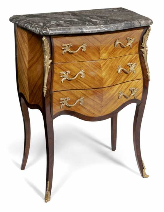 Small Louis XV chest of drawers. France, 18. Century - photo 1