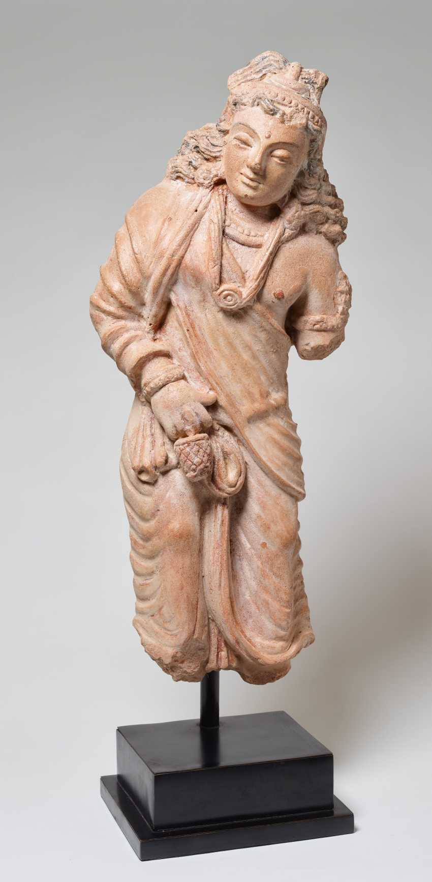 STANDING BODHISATTVA WITH FLOWING HAIR - photo 4