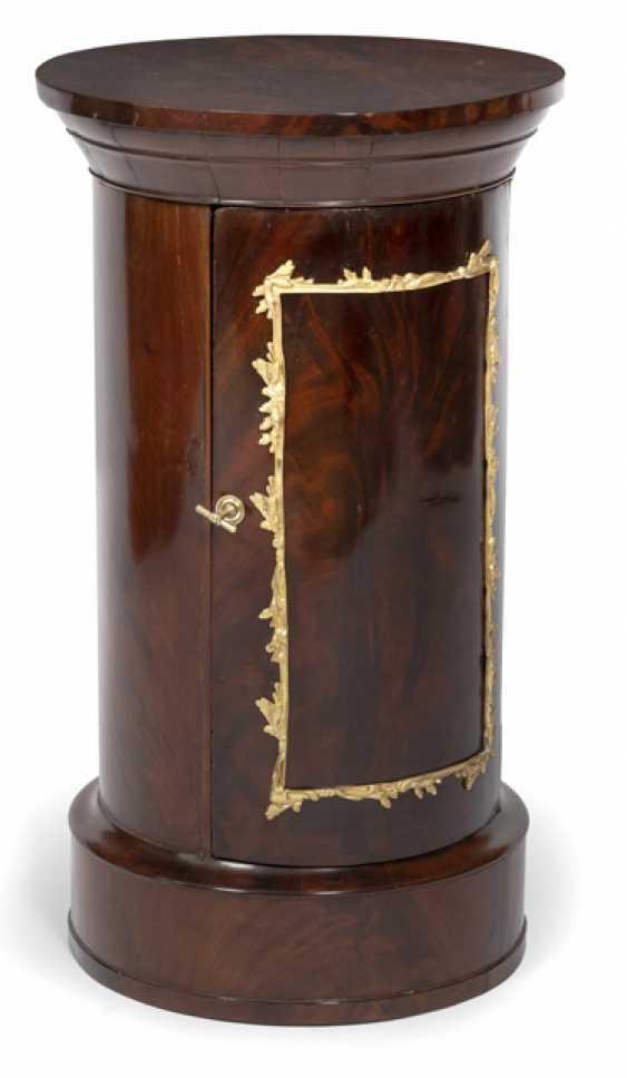 Classical Pillar Cabinet. Probably North German, around 1800 - photo 1