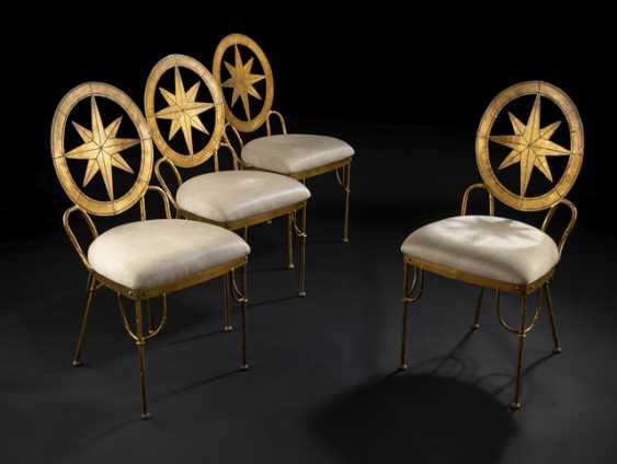 Satz von vier aussergewöhnlichen Eisenstühlen mit Sterndekor. Frankreich - Foto 1
