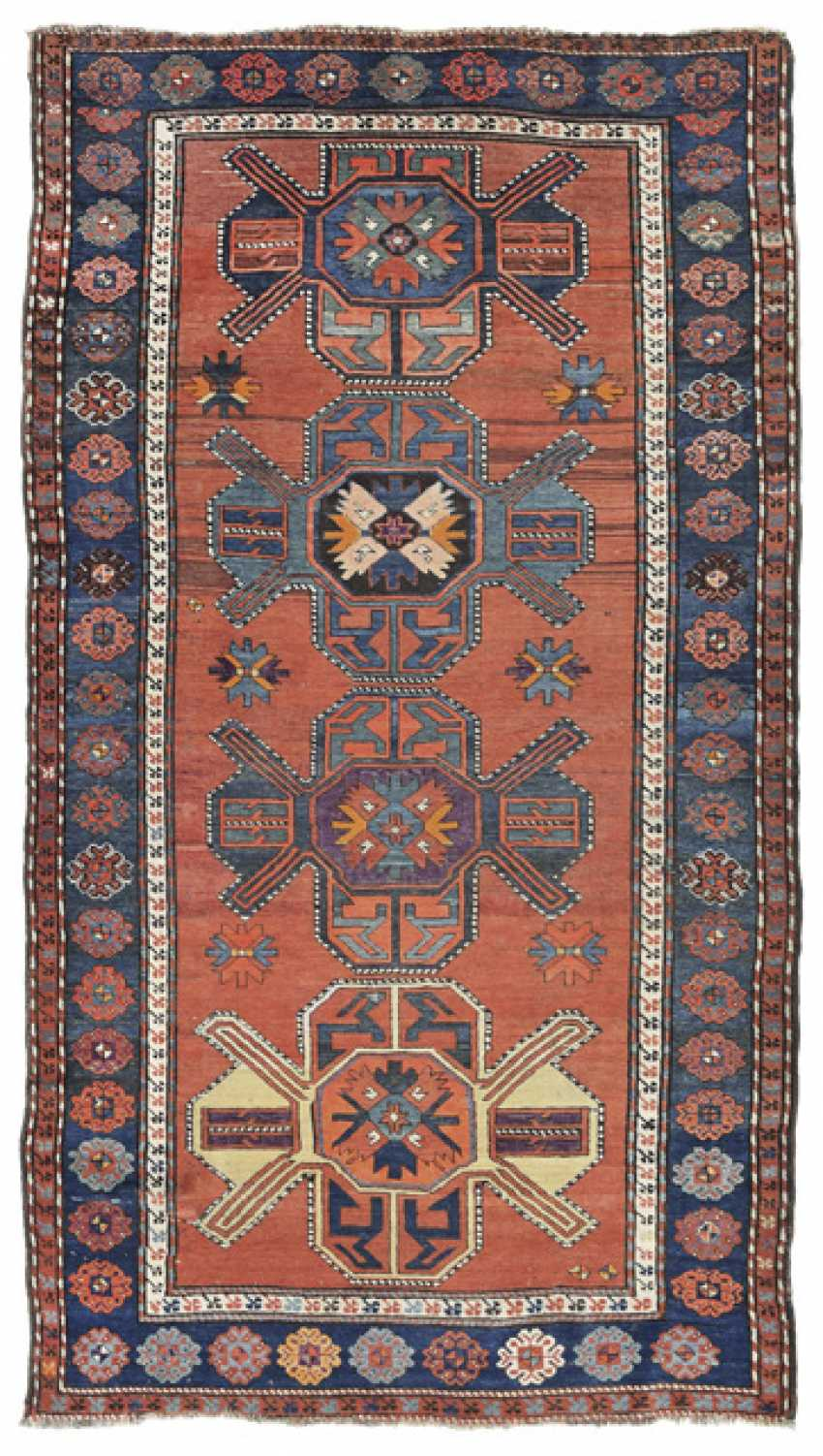 Tiermedaillon-Teppich. Karabagh-Gebiet, Kaukasus, um 1910 - Foto 1