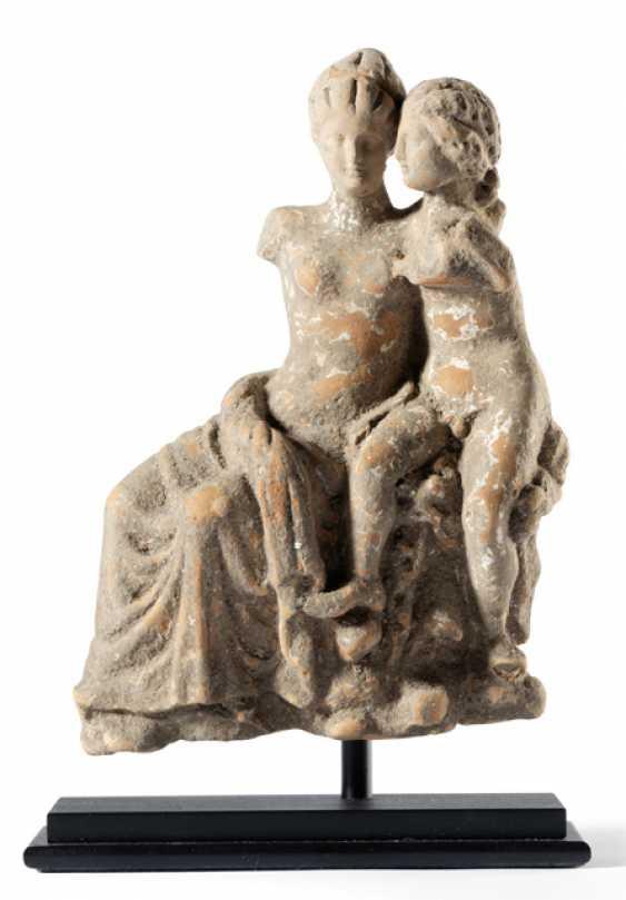 """Terrakotta-Fragment,""""Amor und Psyche"""". Griechisch, wohl Tarent, ca. 3. Jahrhundert v. Chr. - Foto 1"""