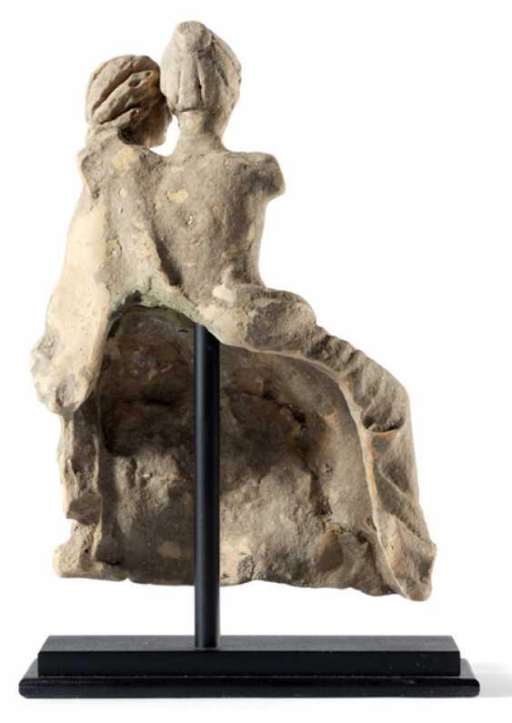 """Terrakotta-Fragment,""""Amor und Psyche"""". Griechisch, wohl Tarent, ca. 3. Jahrhundert v. Chr. - Foto 2"""