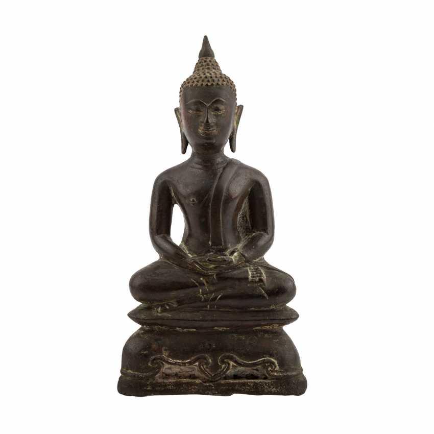 A Bronze sculpture of a seated Buddha. THAILAND, 19. Century. - photo 1