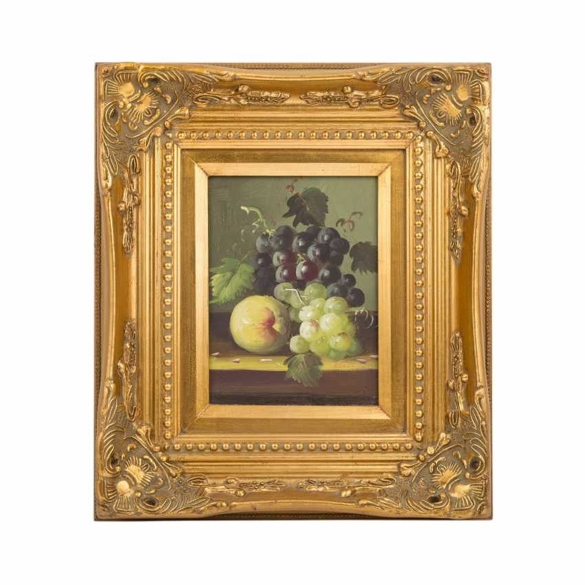 "SMALL (?, indistinctly signed; a painter/20. Century), ""still life with blue and white grapes and peaches"", - photo 2"