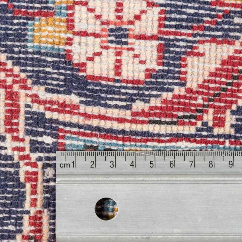 Orientteppich. 20. Jahrhundert, ca. 310x217 cm. - Foto 4
