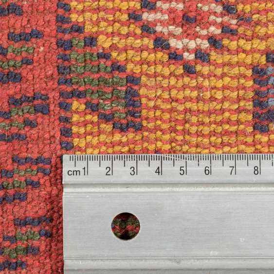 Orientteppich. 20. Jahrhundert, ca. 190x113 cm. - Foto 4
