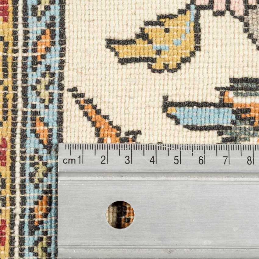 Orientteppich. IRAN, 20. Jahrhundert, ca. 221x138 cm. - Foto 4