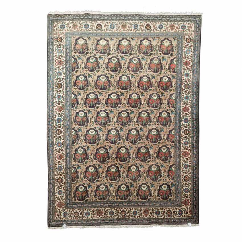 Orientteppich. PERSIEN, 20. Jahrhundert, ca. 316x221 cm. - Foto 1