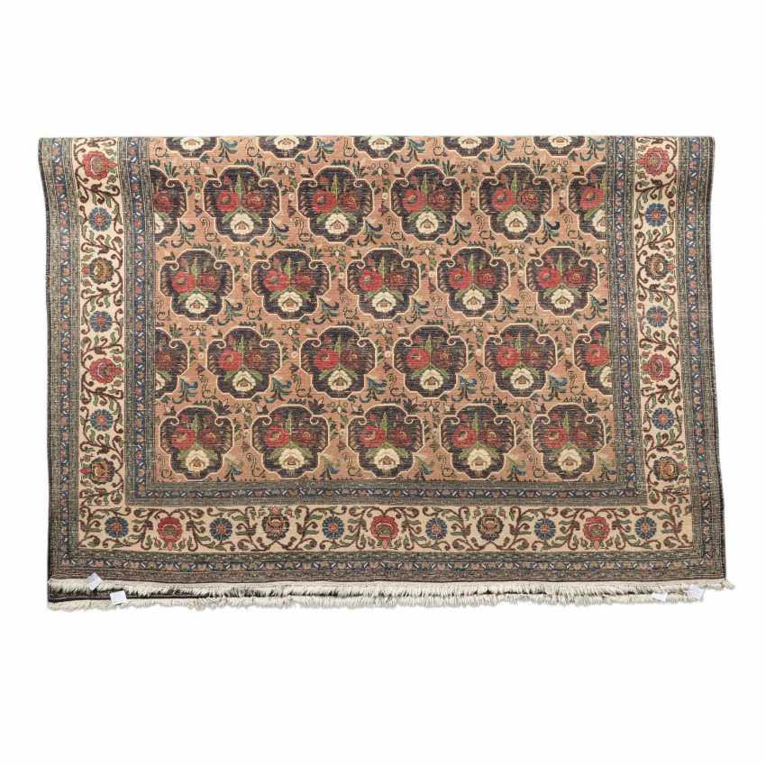 Orientteppich. PERSIEN, 20. Jahrhundert, ca. 316x221 cm. - Foto 2