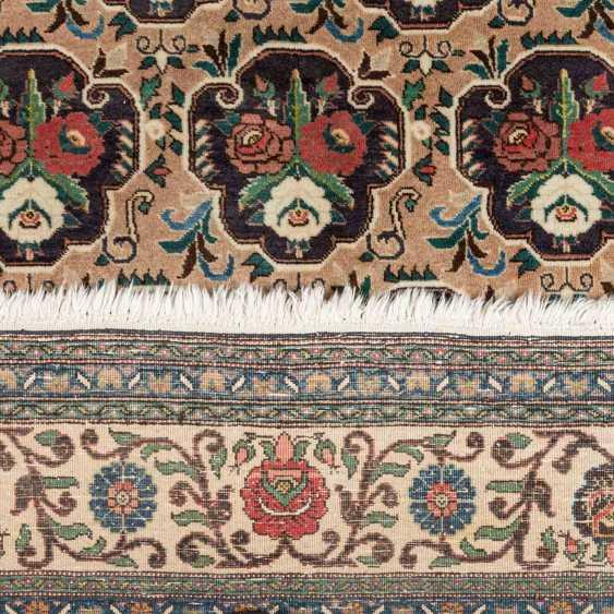 Orientteppich. PERSIEN, 20. Jahrhundert, ca. 316x221 cm. - Foto 3