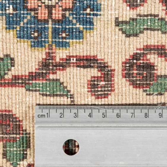 Orientteppich. PERSIEN, 20. Jahrhundert, ca. 316x221 cm. - Foto 4