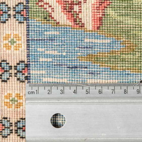 Orientteppich. PERSIEN, 20. Jahrhundert, ca. 82x100 cm. - Foto 4