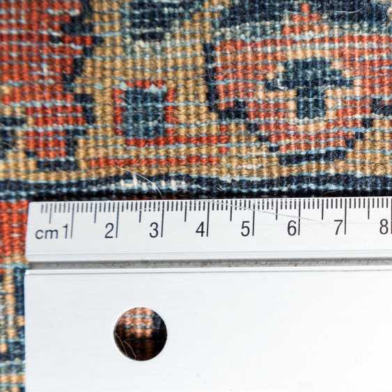 Orientteppich. SARUK/PERSIEN, 1. Hälfte 20. Jahrhundert, ca. 548x348 cm. - Foto 4