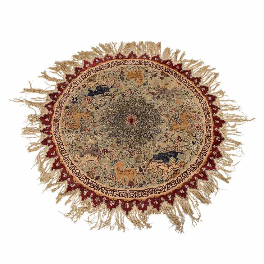 Orientteppich. 1. Hälfte 20. Jahrhundert, D ca. 142 cm. - Foto 1