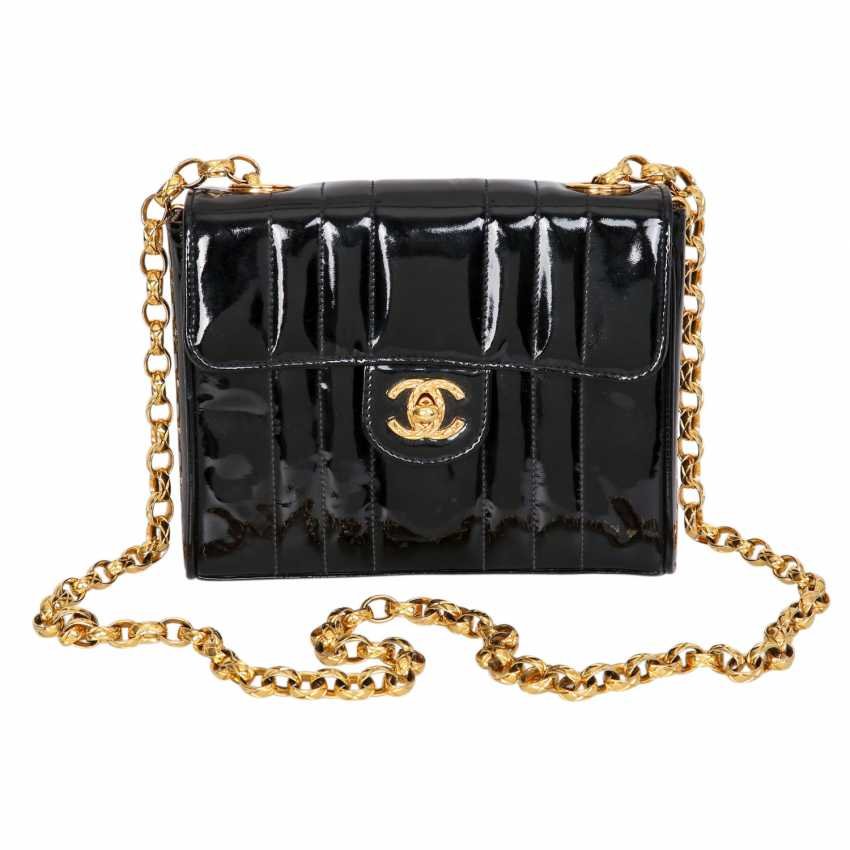 39ebe8bbd9ef Lot 3. CHANEL VINTAGE shoulder bag