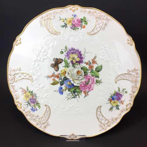 Außergewöhnliche Prunk-Platte, Meissen Porzellan, Relief Neumarseille, Blumen-Bouquet und Schmetterling, 39 cm, sehr gut - Foto 1
